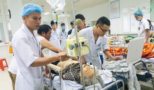 Cụ Thức đang được các bác sỹ BVHNĐK Nghệ An chăm sóc.