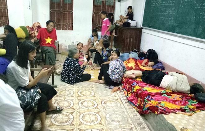 Trắng đêm ở điểm tránh bão, người dân lấy bục giảng, bàn ghế làm giường - Ảnh 9.