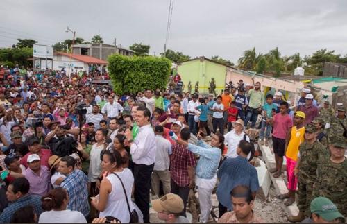 Hình ảnh Tổng thống Mexico ở Chiapas ngày 12/9 với đám đông dùng điện thoại vây quanh. Ảnh: Enrique Peña Nieto.