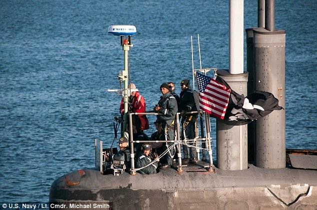 Lá cờ cướp biển bay ngay cạnh cờ Mỹ trên tàu USS Jimmy Carter (Ảnh: Hải quân Mỹ)