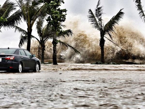 Bão số 10 vào bờ: Bãi biển Sầm Sơn tan hoang trong sóng dữ