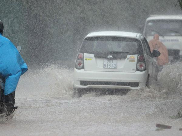 Hà Nội mưa tầm tã, nhiều đường phố bì bõm nước