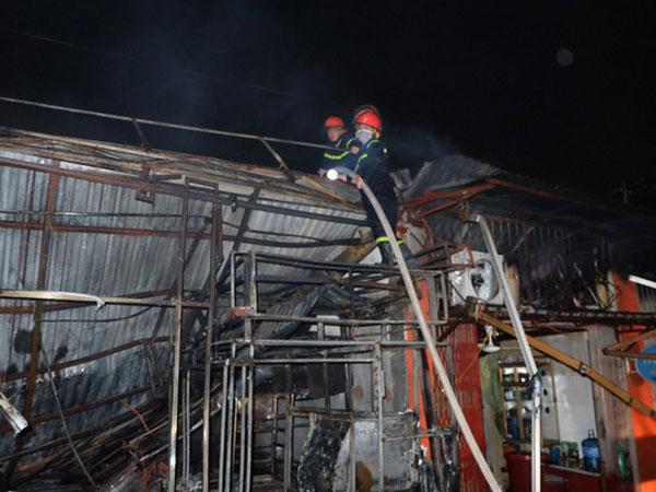 Toàn bộ hàng hóa bị thiêu rụi, tan hoang sau vụ cháy lớn tại siêu thị ở Hà Nội