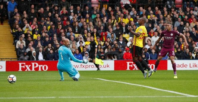 Aguero lập hat-trick, M.C chiếm ngôi đầu bảng
