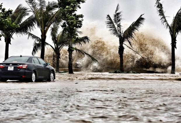 [ẢNH] Bão số 10 vào bờ: Bãi biển Sầm Sơn tan hoang trong sóng dữ - Ảnh 2.