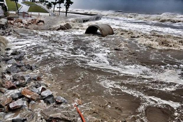 [ẢNH] Bão số 10 vào bờ: Bãi biển Sầm Sơn tan hoang trong sóng dữ - Ảnh 13.
