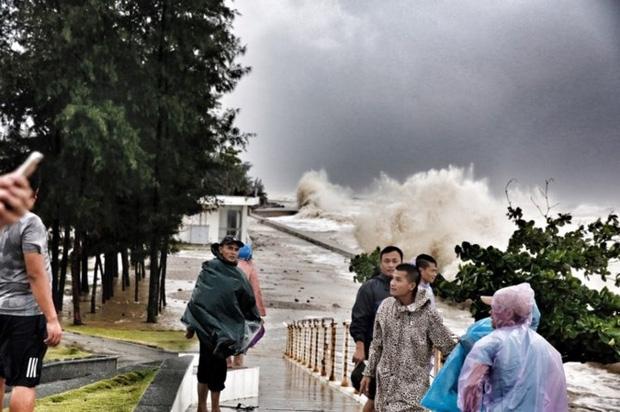 [ẢNH] Bão số 10 vào bờ: Bãi biển Sầm Sơn tan hoang trong sóng dữ - Ảnh 21.