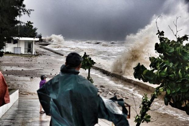 [ẢNH] Bão số 10 vào bờ: Bãi biển Sầm Sơn tan hoang trong sóng dữ - Ảnh 22.