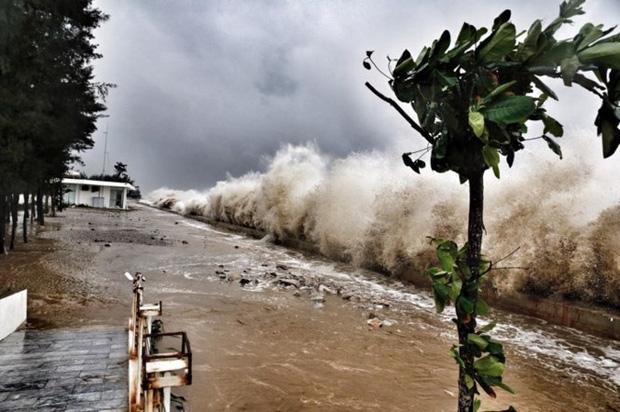 [ẢNH] Bão số 10 vào bờ: Bãi biển Sầm Sơn tan hoang trong sóng dữ - Ảnh 23.