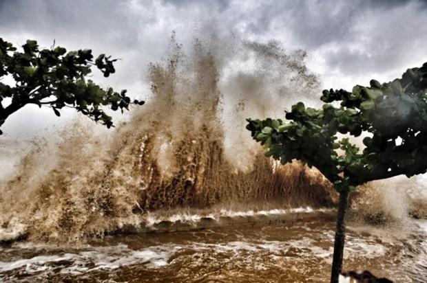 [ẢNH] Bão số 10 vào bờ: Bãi biển Sầm Sơn tan hoang trong sóng dữ - Ảnh 24.