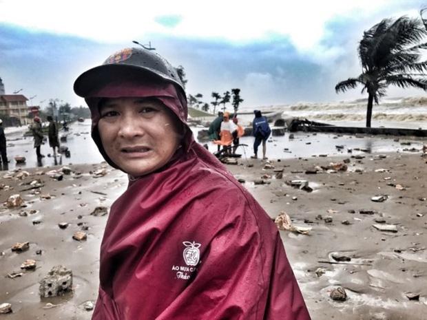 [ẢNH] Bão số 10 vào bờ: Bãi biển Sầm Sơn tan hoang trong sóng dữ - Ảnh 27.