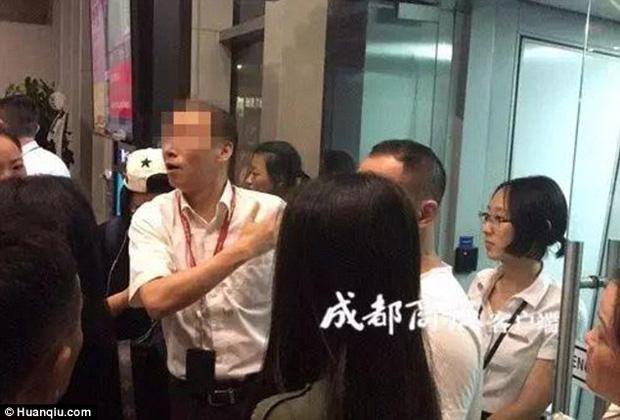 Cơ trưởng mang nhầm hộ chiếu, hơn 150 hành khách phải dời chuyến bay tới ngày hôm sau - Ảnh 1.