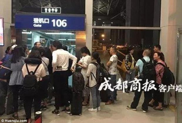 Cơ trưởng mang nhầm hộ chiếu, hơn 150 hành khách phải dời chuyến bay tới ngày hôm sau - Ảnh 2.