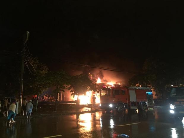 Hà Nội: Cháy cực lớn ở siêu thị trên đường Giải Phóng trong đêm mưa - Ảnh 1.