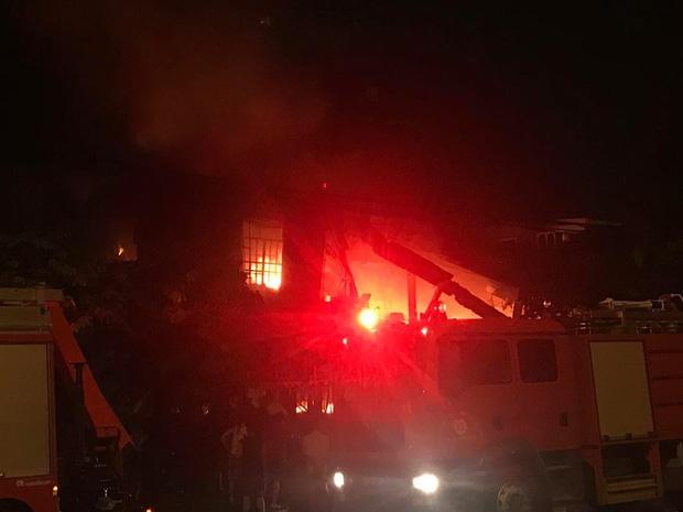 Hà Nội: Cháy cực lớn ở siêu thị trên đường Giải Phóng trong đêm mưa - Ảnh 2.