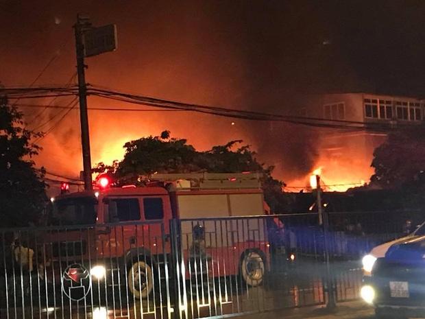 Hà Nội: Cháy cực lớn ở siêu thị trên đường Giải Phóng trong đêm mưa - Ảnh 3.