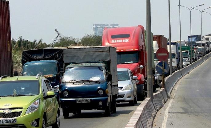 """Hàng ngàn ô tô """"chôn chân"""" trên cầu Phú Mỹ - Ảnh 3."""
