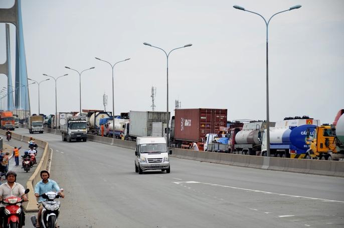 """Hàng ngàn ô tô """"chôn chân"""" trên cầu Phú Mỹ - Ảnh 7."""