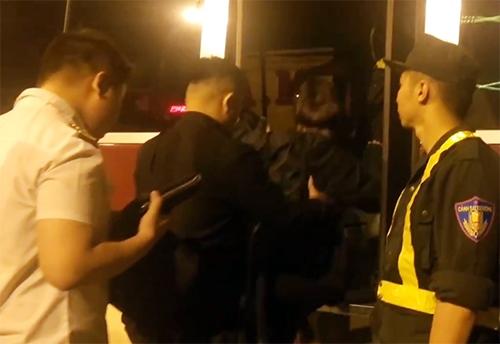 Hàng chục thanh niên dương tính ma túy trong bar bị đưa về trụ sở. Ảnh: Nguyệt Triều.