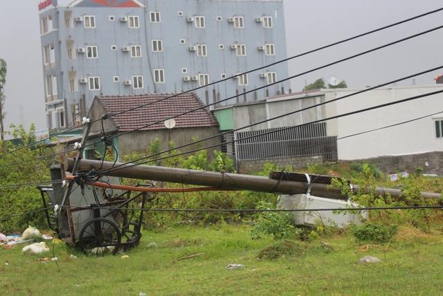 Hệ thống đường lưới điện bị đổ ngổn ngang