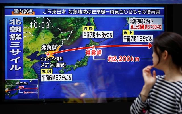 Người dân Nhật Bản theo dõi bản tin về vụ phóng tên lửa của Triều Tiên vào sáng 15/9 tại Tokyo (Ảnh: Reuters)