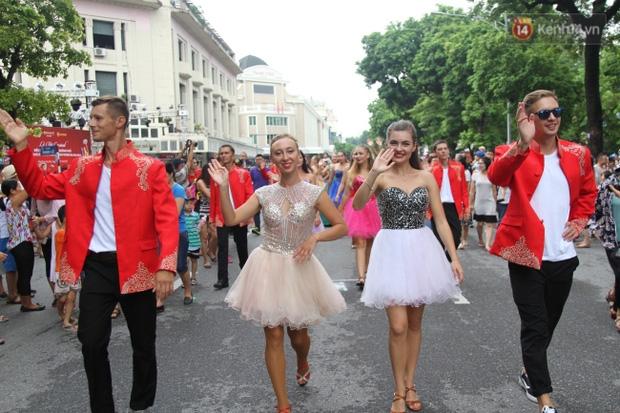 Dàn trai xinh gái đẹp ngoại quốc và những màn biểu diễn nghệ thuật náo loạn phố đi bộ hồ Gươm dịp cuối tuần - Ảnh 2.