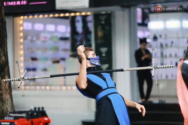 Dàn trai xinh gái đẹp ngoại quốc và những màn biểu diễn nghệ thuật náo loạn phố đi bộ hồ Gươm dịp cuối tuần - Ảnh 3.