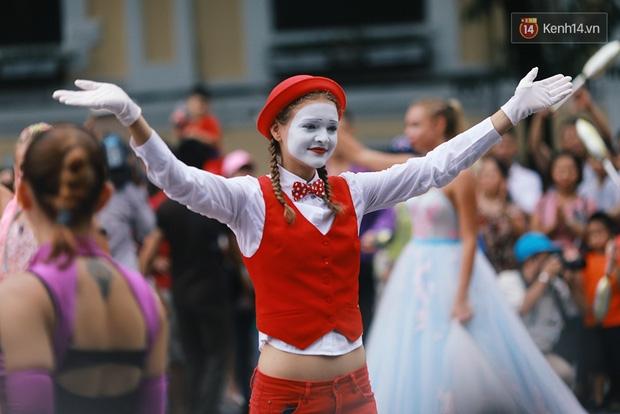 Dàn trai xinh gái đẹp ngoại quốc và những màn biểu diễn nghệ thuật náo loạn phố đi bộ hồ Gươm dịp cuối tuần - Ảnh 12.