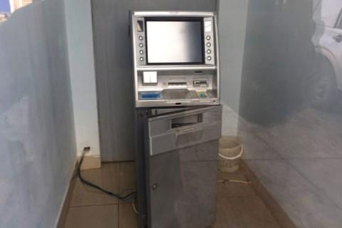 Đang dùng xà beng phá trụ ATM lấy tiền thì bị bắt giữ ngay tại chỗ - Ảnh 1