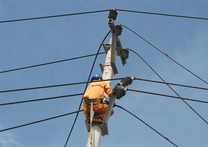 Nỗ lực khôi phục lưới điện bị thiệt hại do bão số 10 tại Quảng Bình /// Ảnh: Trương Quang Nam