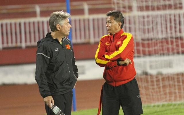 Sao lại đòi đuổi GĐKT Jurgen Gede (trái) khi ông nói đâu có sai về thực trạng của VFF, của bóng đá Việt Nam (ảnh: Trọng Vũ)