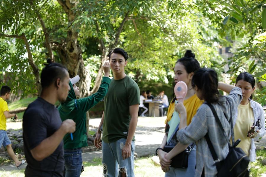 Rocker Nguyen tinh tu voi Angela Phuong Trinh tren phim truong 'Glee' hinh anh 3