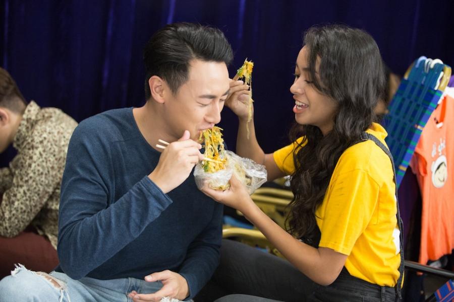 Rocker Nguyen tinh tu voi Angela Phuong Trinh tren phim truong 'Glee' hinh anh 4