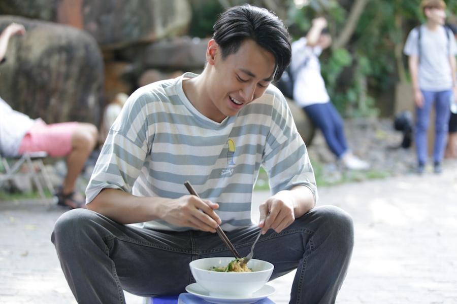 Rocker Nguyen tinh tu voi Angela Phuong Trinh tren phim truong 'Glee' hinh anh 7