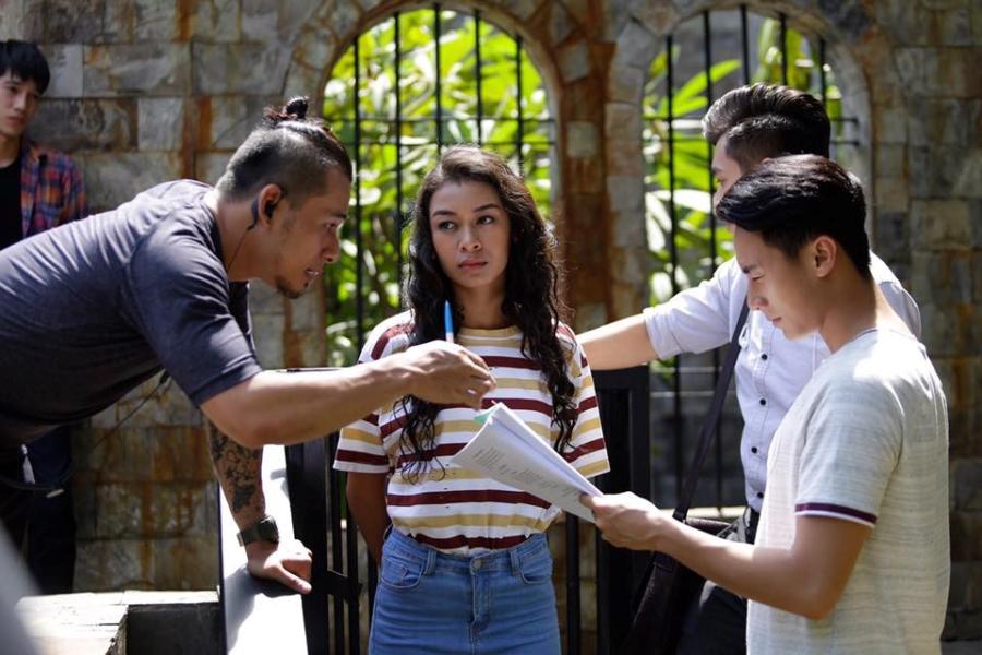 Rocker Nguyen tinh tu voi Angela Phuong Trinh tren phim truong 'Glee' hinh anh 8