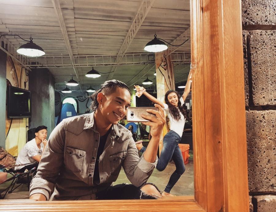 Rocker Nguyen tinh tu voi Angela Phuong Trinh tren phim truong 'Glee' hinh anh 10