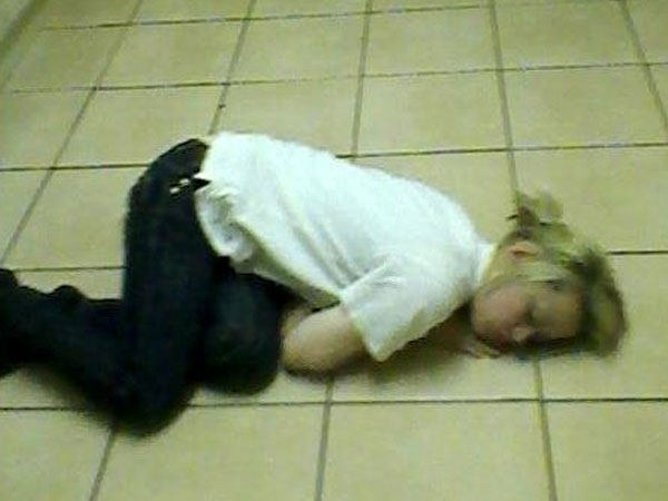Căn bệnh lạ khiến bà mẹ trẻ cứ cười là ngủ