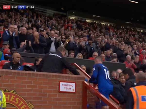 CĐV Man Utd đồng loạt đứng dậy vỗ tay khi Rooney rời sân