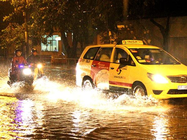 Đường phố Sài Gòn thành sông sau trận cuồng phong lúc nửa đêm