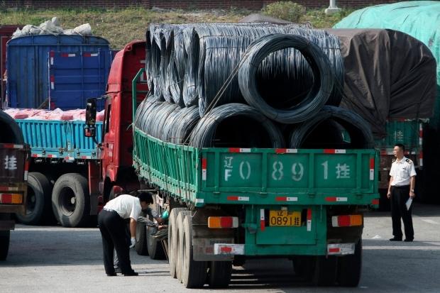 Hải quan Trung Quốc kiểm tra các xe tải chở hàng qua khu vực biên giới với Triều Tiên (Ảnh: AP)
