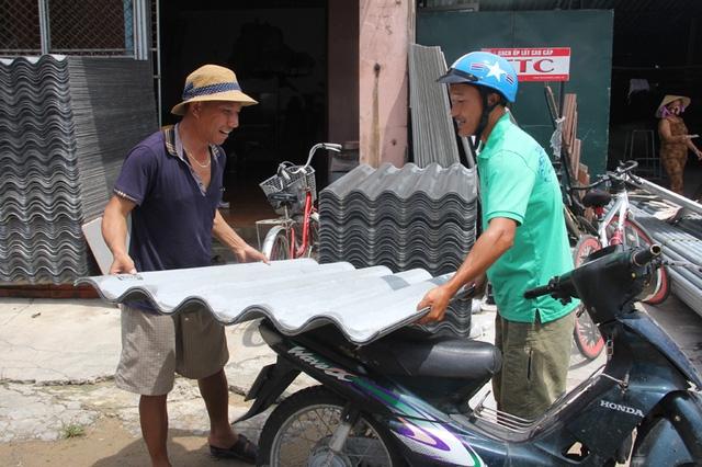 Người dân Hà Tĩnh đổ xô về các cơ sở buôn bán VLXD để mua tấm lợp khắc phục lại nhà cửa bị hư hỏng.