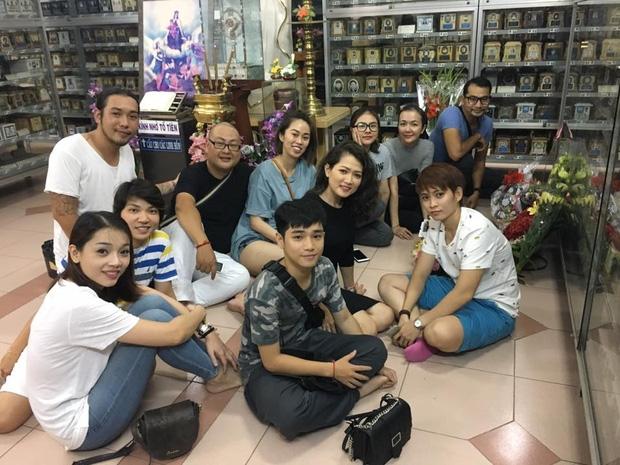 Giáp ngày giỗ đầu, bạn bè và các nghệ sĩ đến viếng mộ phần của Minh Thuận - Ảnh 4.