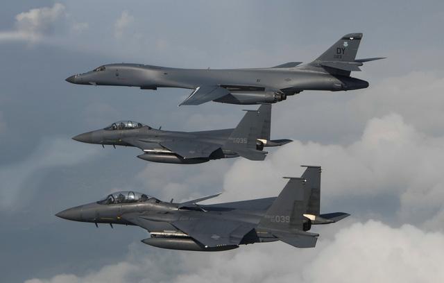 Máy bay B-1B Lancer của Mỹ và máy bay chiến đấu F-15 của Hàn Quốc trong cuộc tập trận chung hồi tháng 7 (Ảnh: Reuters)