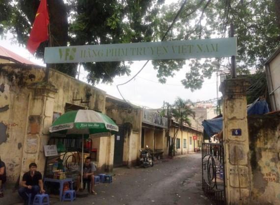 Cổng chính của Hãng phim truyện Việt Nam hiện nay đã bị đóng lại, cán bộ nhân viên đi làm phải vào bằng cổng phụ, khách đến giao dịch không biết phải đi cổng nào. Ảnh: TL.