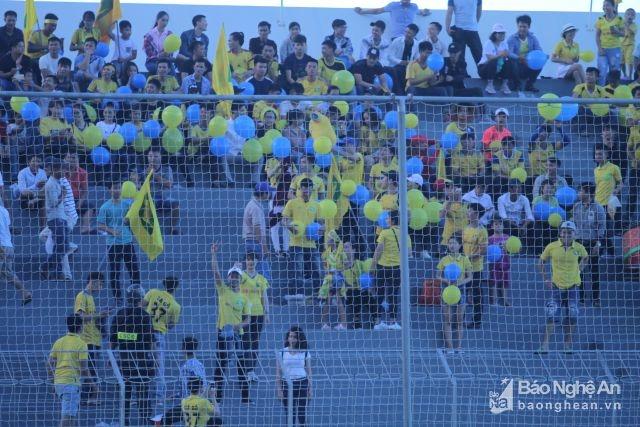 Những chiếc bong bóng màu xanh vàng được Hội CĐV SLNA dày công chuẩn bị. Ảnh: Trung Kiên