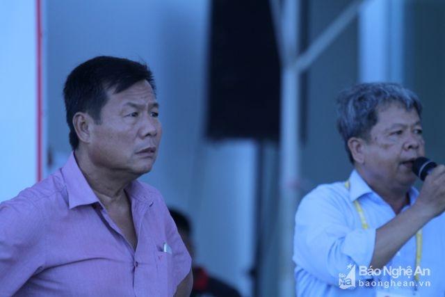 Ông Bùi Xuân Hoà cho rằng bong bóng sẽ gây ảnh hưởng đến những chuyến bay nên ra thông báo cho lực lượng an ninh và Hội CĐV SLNA huỷ hết bong bóng. Ảnh: Trung Kiên