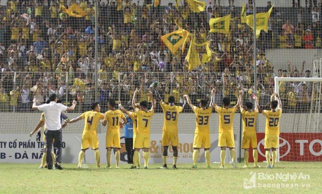 Trận đấu trên sân Hoà Xuân, Hội CĐV SLNA không để lại bất kỳ sự cố nào và là động lực cho các cầu thủ đội nhà. Ảnh: Trung Kiên