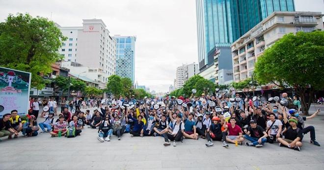 Tranh cai viec hang tram ban tre cam chao o pho di bo Nguyen Hue hinh anh 3