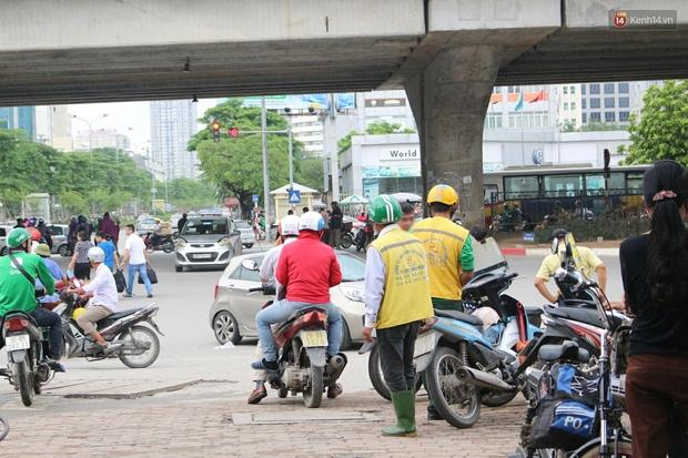 Bát nháo cảnh hàng chục tài xế xe ôm mặc áo giả GrabBike bắt khách ngay bến xe Mỹ Đình - Ảnh 2.