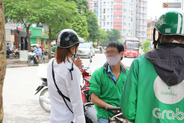 Bát nháo cảnh hàng chục tài xế xe ôm mặc áo giả GrabBike bắt khách ngay bến xe Mỹ Đình - Ảnh 4.